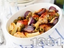 Рецепта Печени пилешки бутчета на фурна с подправки, маслини и червен лук